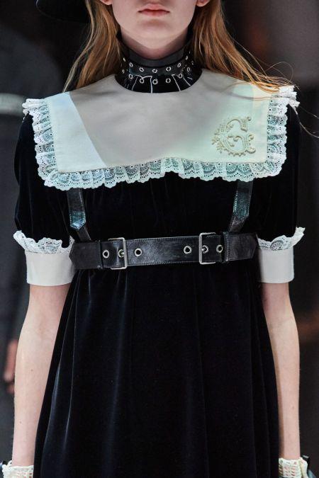 Широкая портупея с черным бархатным платьем Gucci