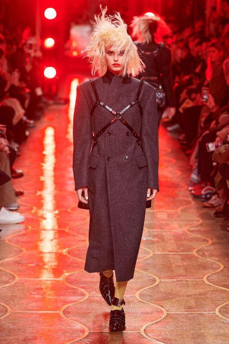 Портупея поверх плотного пальто из осенне-зимней коллекции Junya Watanabe