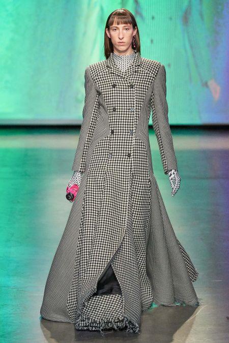 Стрижка с прямой челкой - модные прически осень 2020