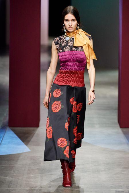 Желтый длинный платок - модный аксессуар осень 2020
