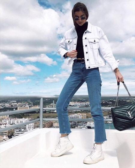 Джинсы в стиле 90-х и белые ботинки