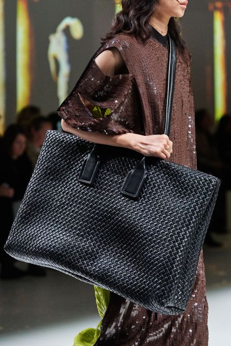 Черная сумка оверсайз через плечо Bottega Veneta