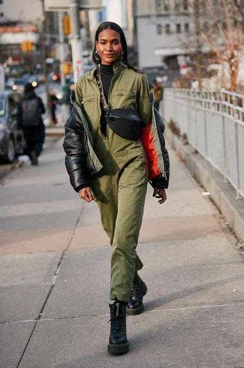 Комбинезон цвета хакки и черные солдатские ботинки