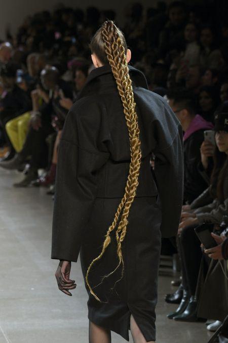 Прическа с длинными косами из двух прядей