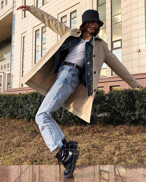 В сочетании с голубыми джинсами и бежевым тренчем