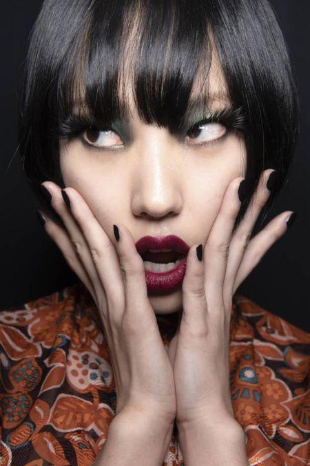 Черный маникюр на короткие ногти и макияж с помадой цвета марсала