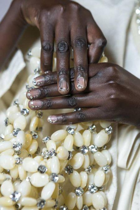 Ногти со стразами - модный маникюр осень-зима 2020-2021
