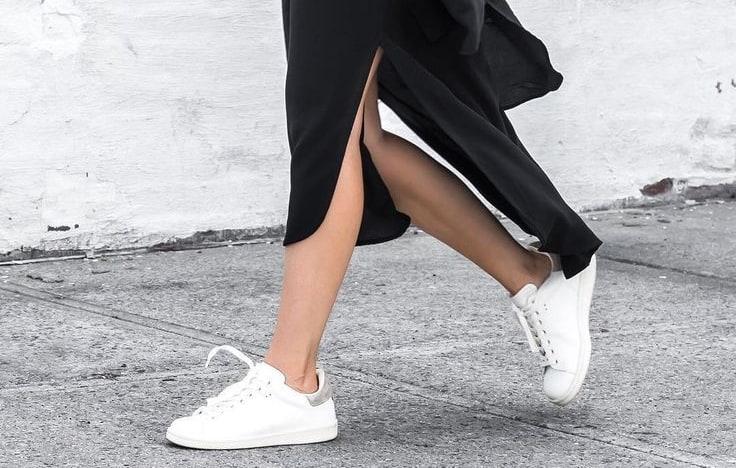 Белые кроссовки вписываются в любой образ