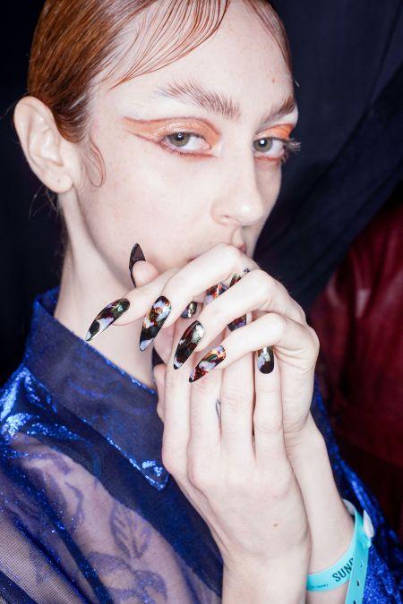 Темный маникюр на длинные ногти - тренд осени 2020