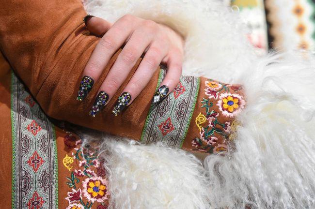 Модный маникюр с камнями на длинные ногти