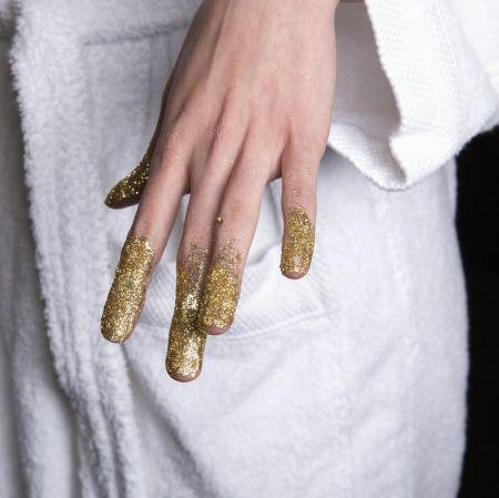 Необычный маникюр с золотым глиттером - модный тренд зима 2021
