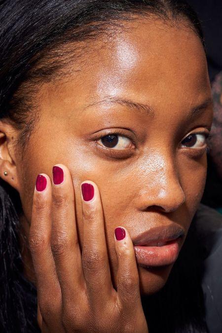 Короткие ногти с цветным покрытием