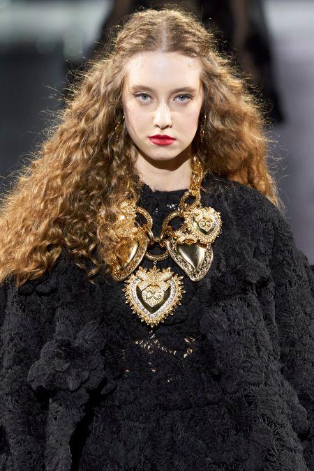 Красная помада и черные стрелки - тенденции модного макияжа