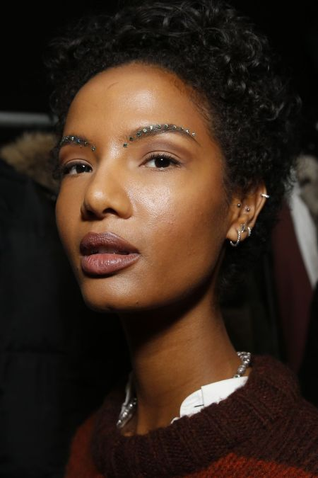 Брови с кристаллами - тренды в макияже 2020