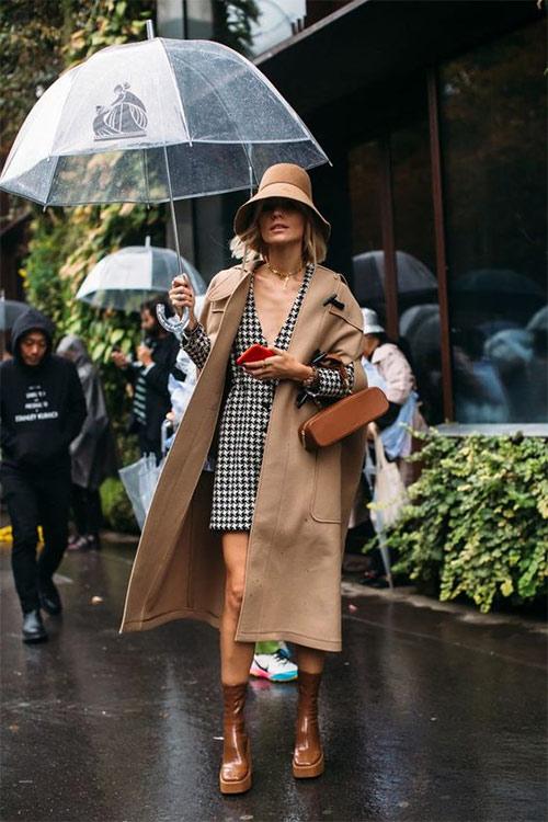 Модный образ: костюм в гусиную лапку и бежевое пальто