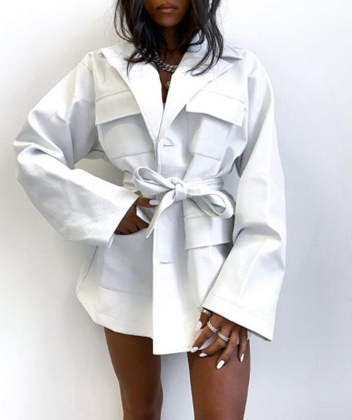 Пояс поверх рубашки oversize из жесткой ткани дает эффект баски