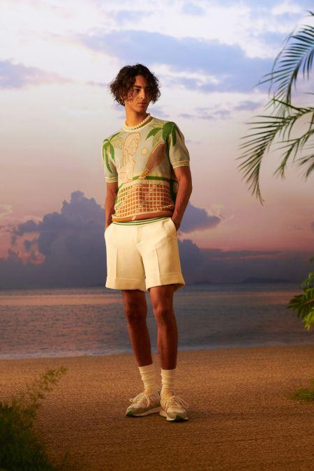 Кремовые шорты-бермуды и разноцветный свитер с короткими рукавами
