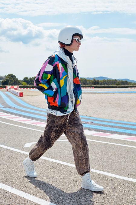 Уличная мужская мода весна-лето 2021 - яркий бомбер