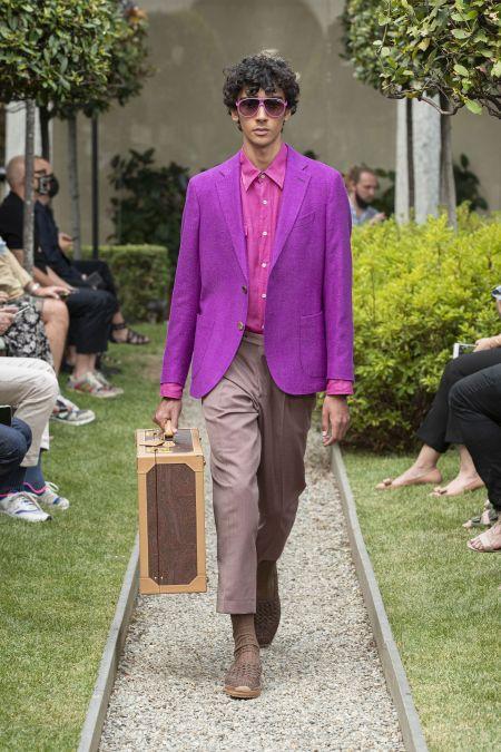 Мужская розовая рубашка и лиловый пиджак