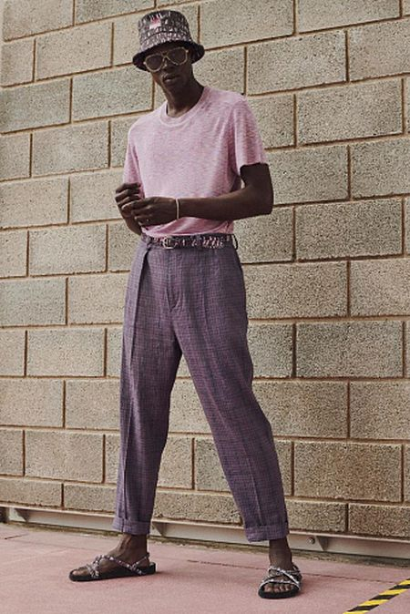 Пастельные тона в мужской одежде - розовый свитер и фиолетовые брюки