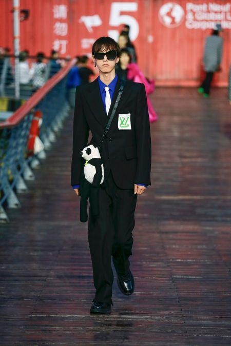 Стильный мужской костюм черного цвета Louis Vuitton