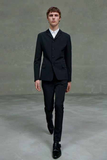 Классический черный мужской костюм Prada