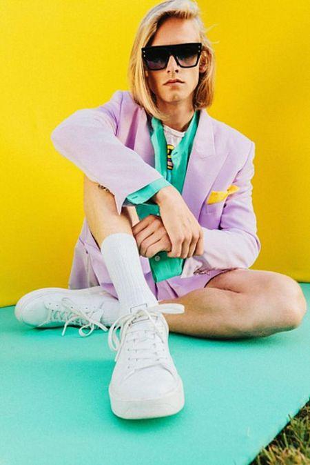 Лиловый пиджак, белые кеды и высокие белые носки - модный мужской образ