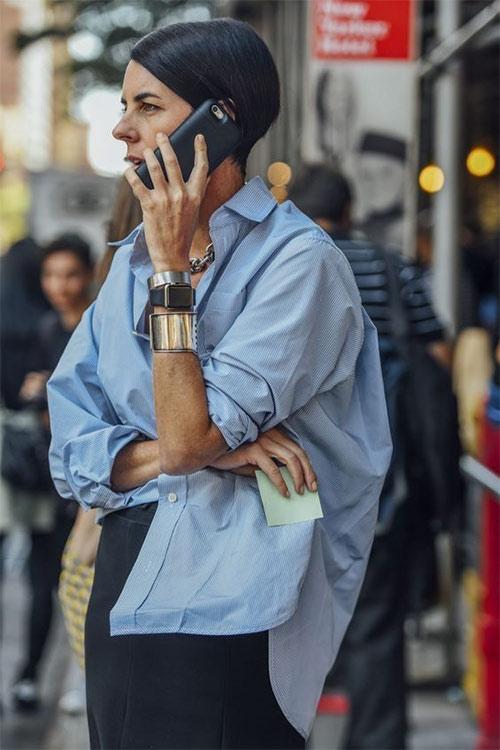 Образ в деловом стиле: браслеты, голубая рубашка