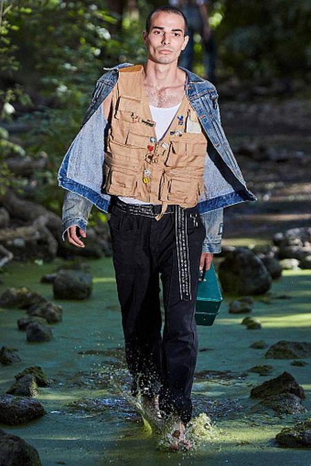 Бежевый жилет со множеством карманов - модный мужской тренд