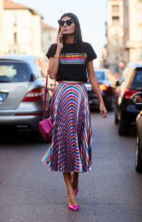 Джованна Батталья-Энгельберт в плиссированной юбке с такими же полосами, как на футболке