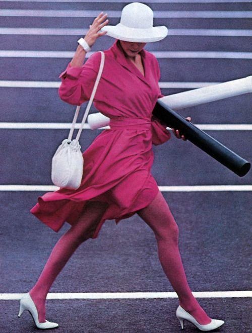 Белые туфли - розовые колготки и платье