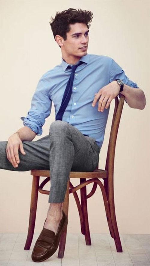 Серые брюки в сочетании с голубой рубашкой