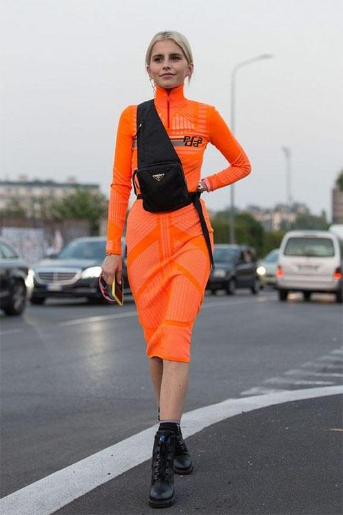 Ярко-оранжевое платье и черные аксессуары расставленные по принципу 2х2