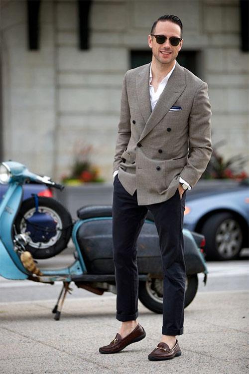Бежевый пиджак, чиносы, лоферы на босу ногу