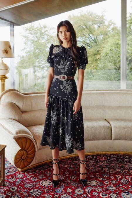 Черное платье с объемными плечами и поясом Alessandra Rich