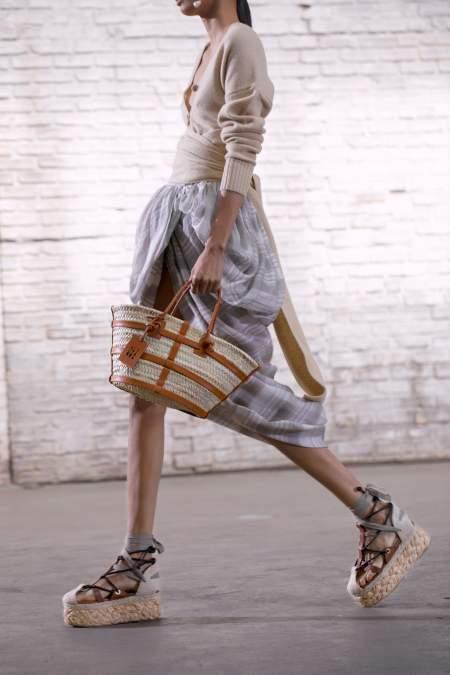 Босоножки на плетеной платферме и плетеная сумка Altuzarra