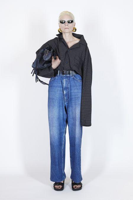 Синие джинсы в мужском стиле из коллекции Balenciaga