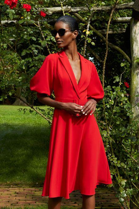 Красное платье с объемными рукавами - тренд 2021 года