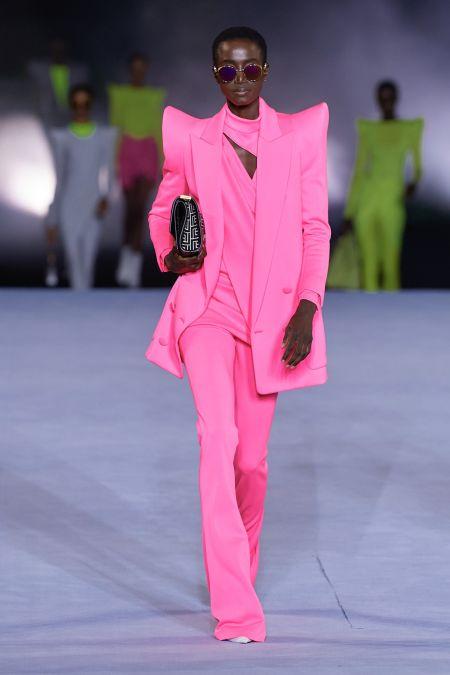 Розовый брючный костюм с острыми плечами Balmain