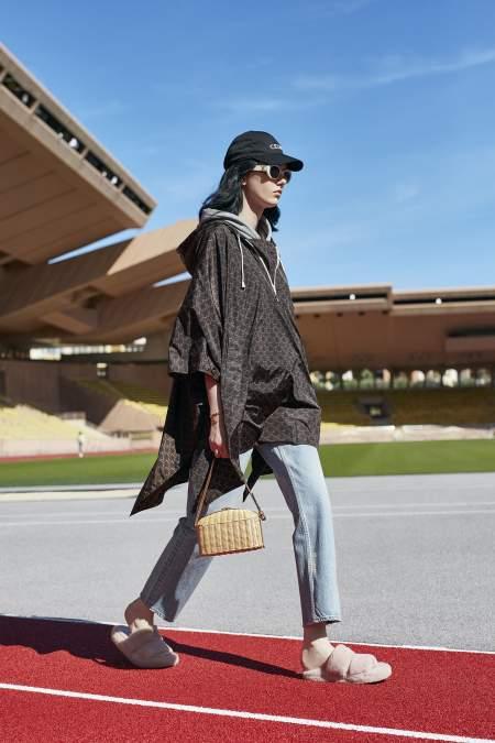 Образ в стиле casual с мягкими меховыми тапочками Celine