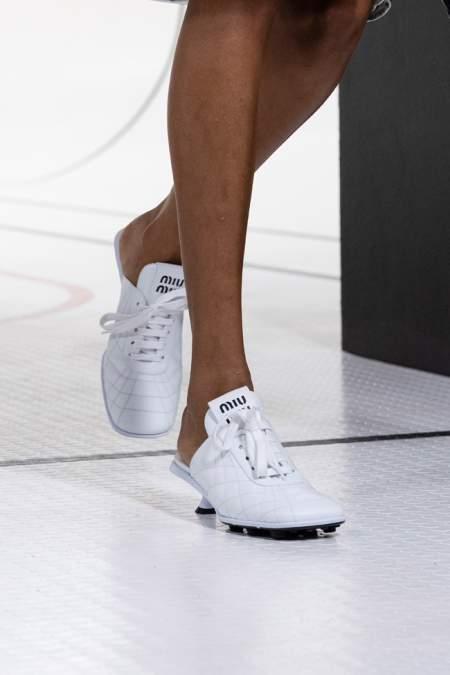 Белые кроссовки на каблуке с открытой пяткой
