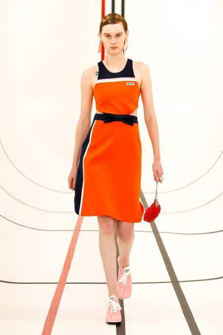 Оранжевое платье в спортивном стиле Miu Miu