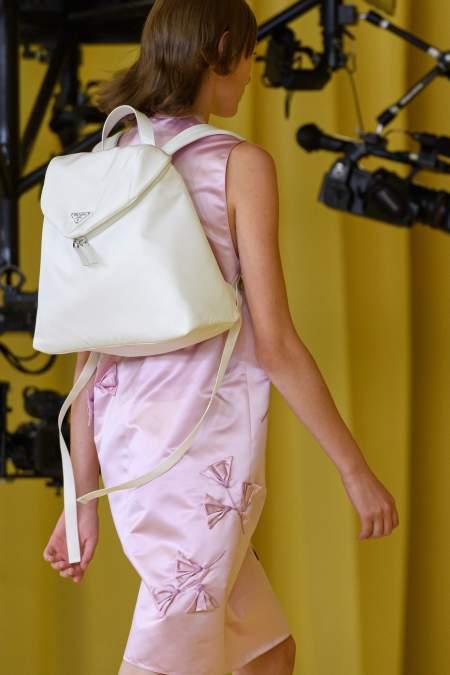 Белый рюкзак Prada из коллекции весна-лето 2021