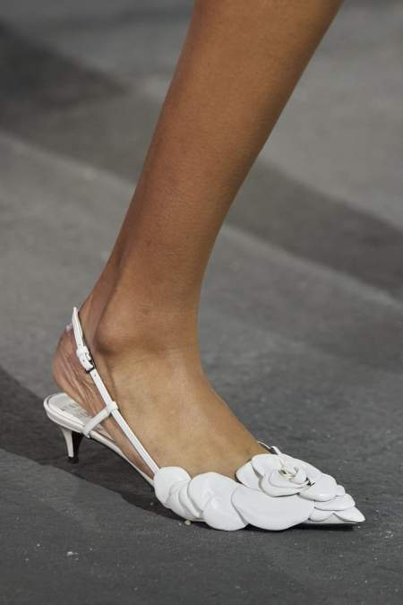 Белые туфли с розой Valentino