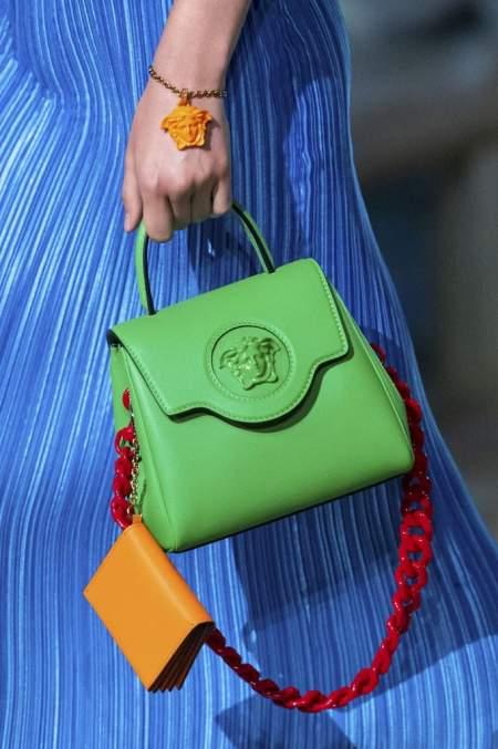 Зеленая сумка с красной цепью из коллекции Versace