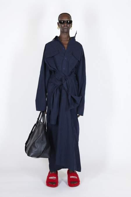 Модный образ с дизайнерскими домашними тапочками от Balenciaga