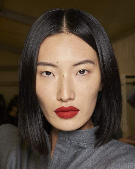 Естественный макияж с темно-красной помадой