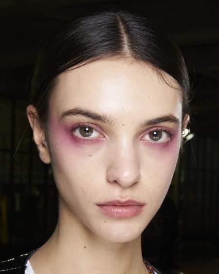 Эффект дымчатых глаз с розовыми тенями