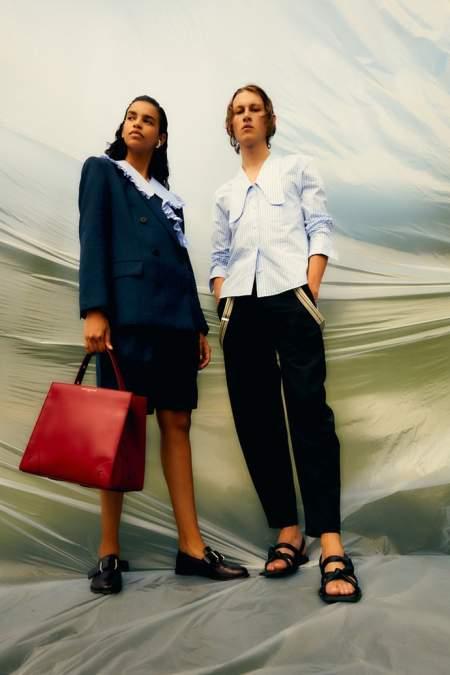 Красная сумка-трапеция в деловом стиле
