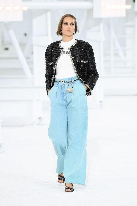 Голубые широкие джинсы из коллекции весна-лето 2021 Chanel